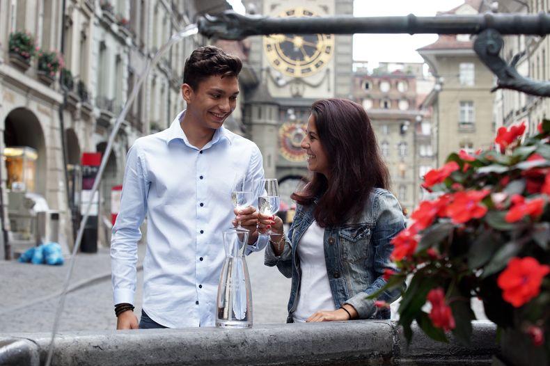 Junge Leute Vor Brunnen Mit Karaffe Berner Platte 2.0